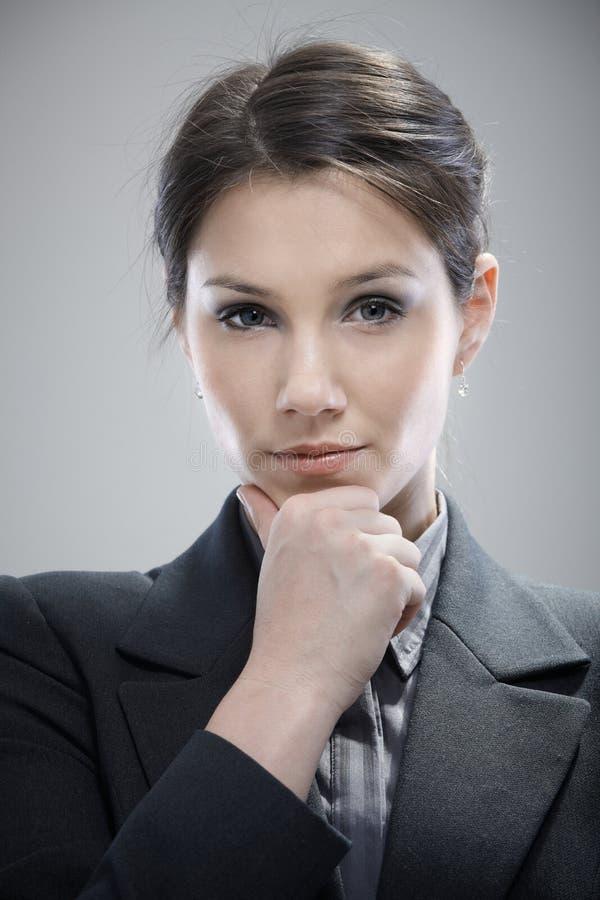 Retrato de pensar a mulher de negócios nova fotografia de stock royalty free