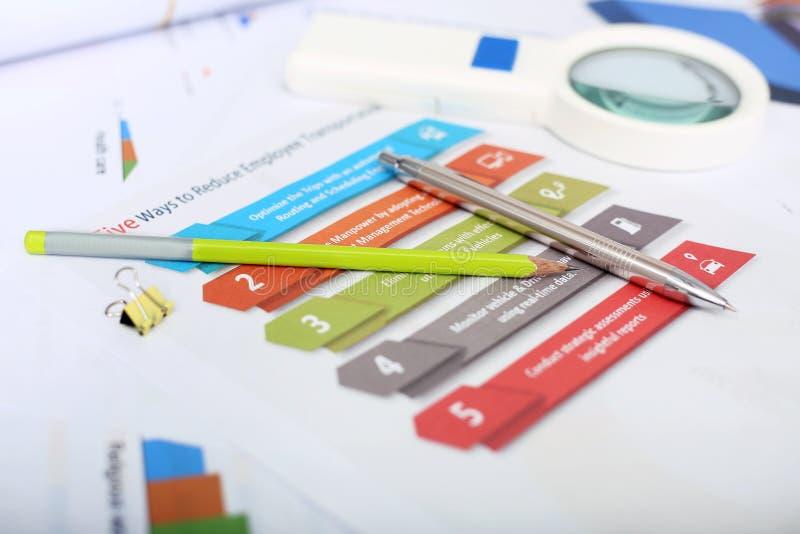 Retrato de plantillas coloridas infographic con el lápiz, la pluma y g que magnifica; muchacha imágenes de archivo libres de regalías