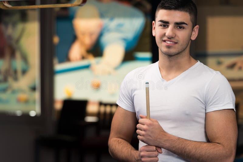 Retrato de Playing Billards modelo masculino novo imagem de stock