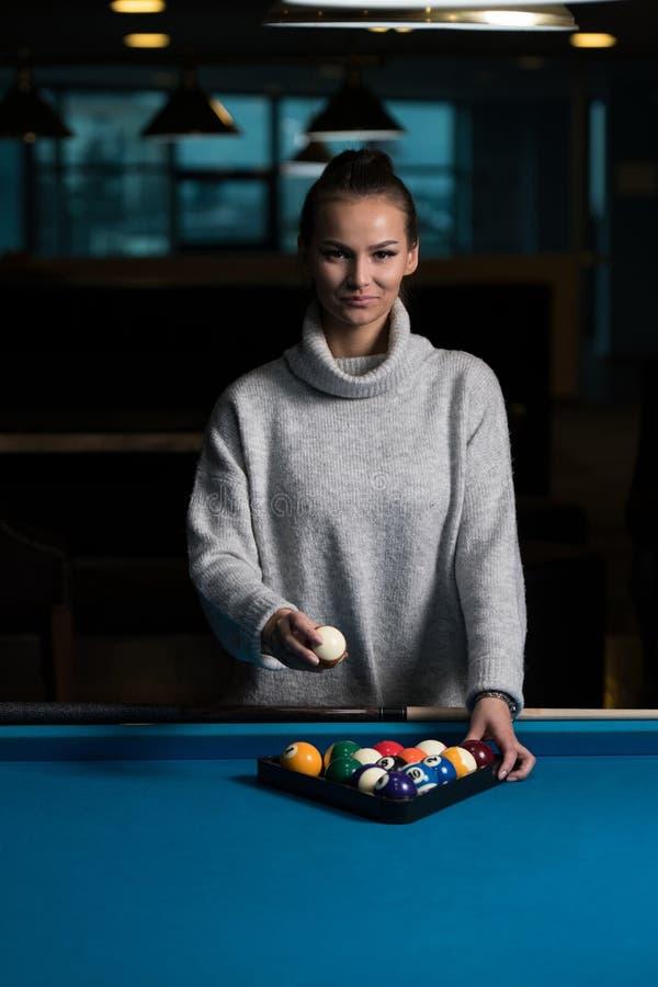 Retrato de Playing Billiards modelo fêmea novo imagem de stock royalty free