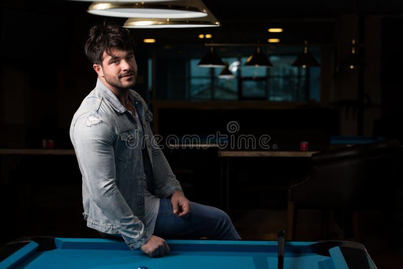 Retrato de Playing Billiards modelo masculino novo foto de stock royalty free