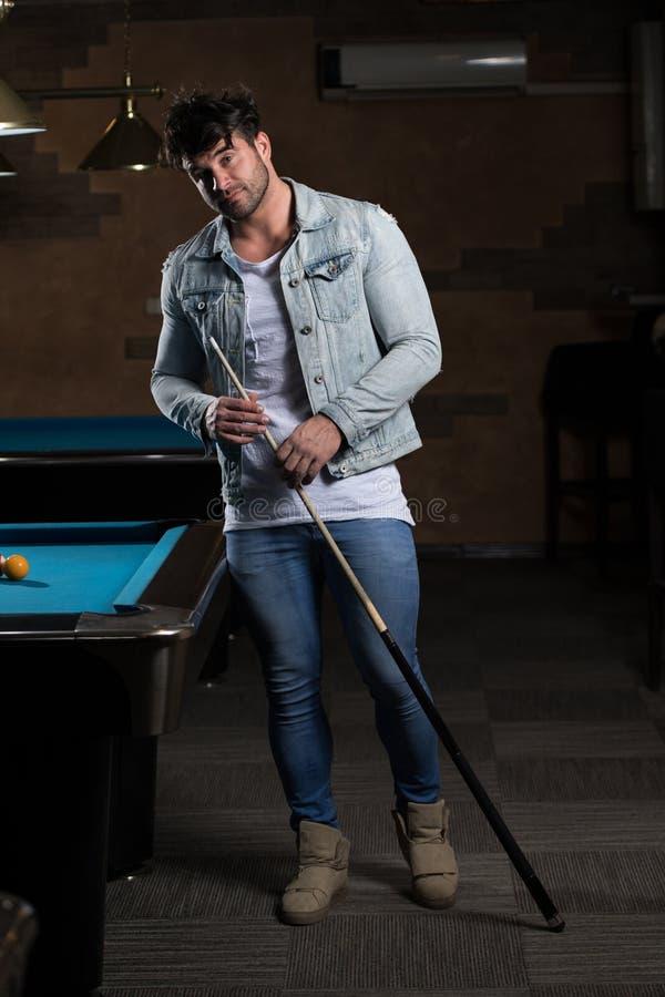Retrato de Playing Billiards modelo masculino novo fotografia de stock