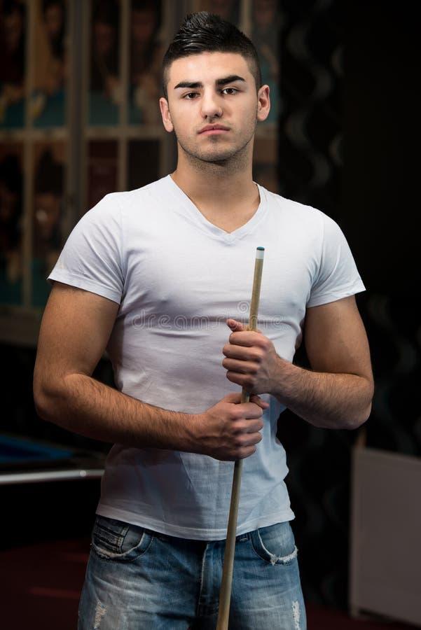 Retrato de Playing Billiards modelo masculino novo imagens de stock