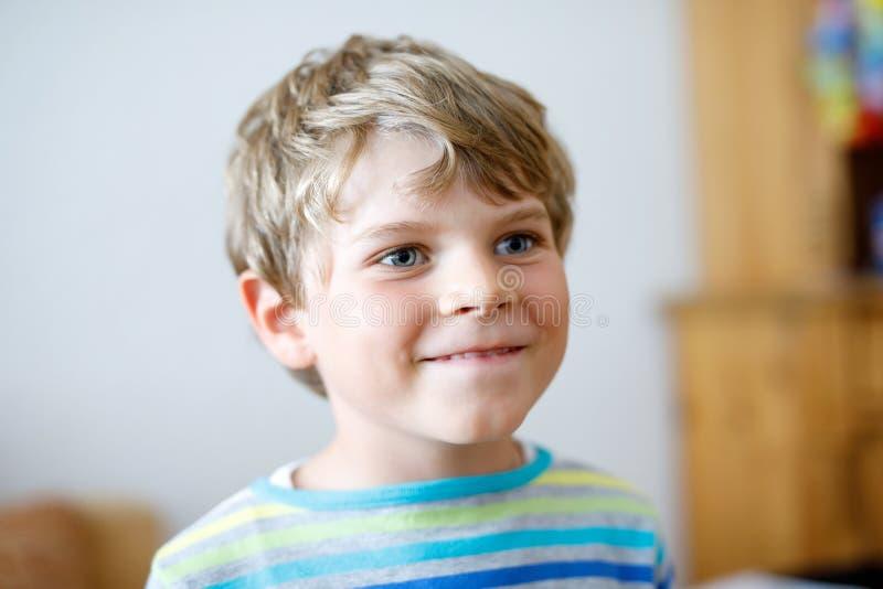 Retrato de pouco menino bonito da criança da escola na roupa colorida Criança positiva feliz imagem de stock