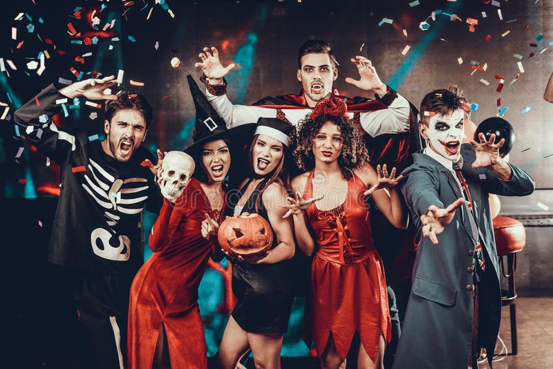 Retrato de povos de sorriso novos em trajes assustadores fotografia de stock royalty free
