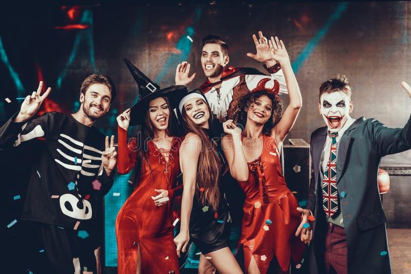 Retrato de povos de sorriso novos em trajes assustadores foto de stock