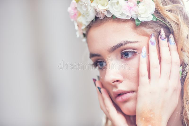 Retrato de pregos criativos da arte da composição da menina bonita da forma e bordos e pele perfeitos dos olhos foto de stock