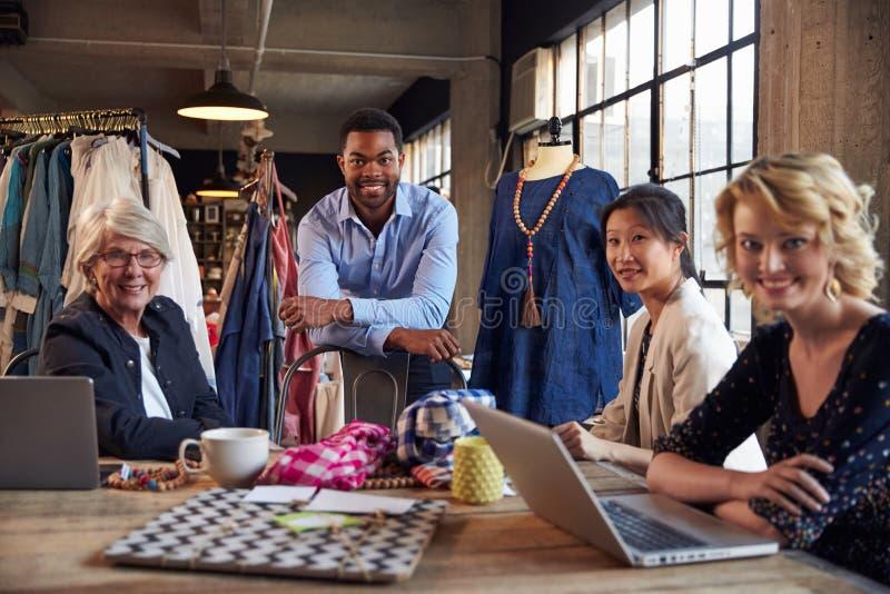 Retrato de quatro desenhadores de moda na reunião fotografia de stock royalty free