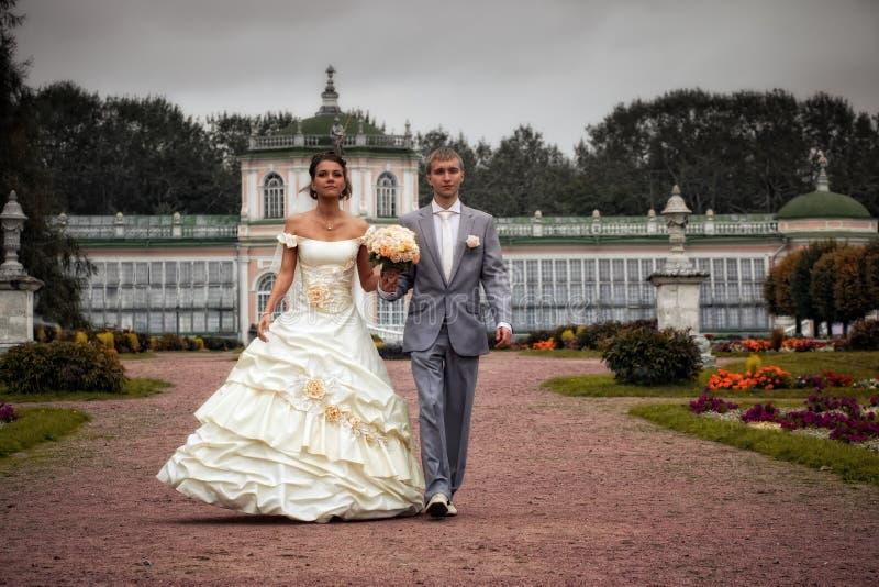 Retrato de recienes casados que recorren imagenes de archivo