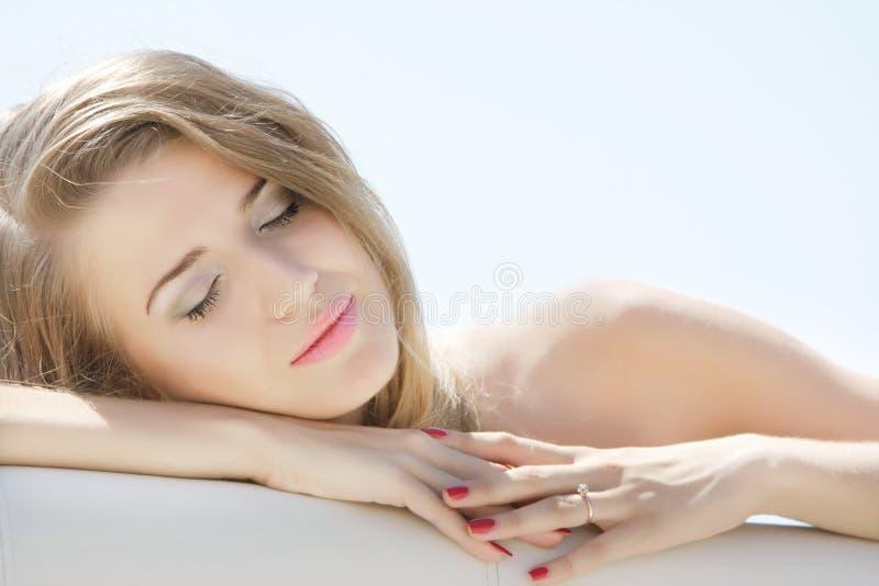 Retrato de relaxar a mulher nova imagens de stock
