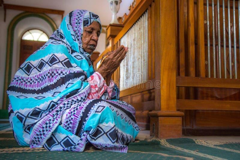 Retrato de rezar sudanês da mulher fotos de stock royalty free