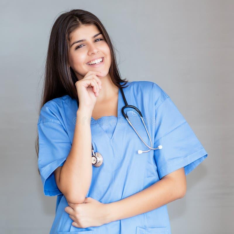 Retrato de rir a enfermeira mexicana fotografia de stock royalty free