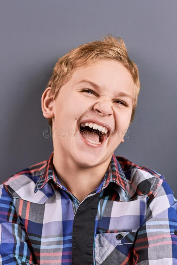 Retrato de rir o menino caucasiano fotos de stock