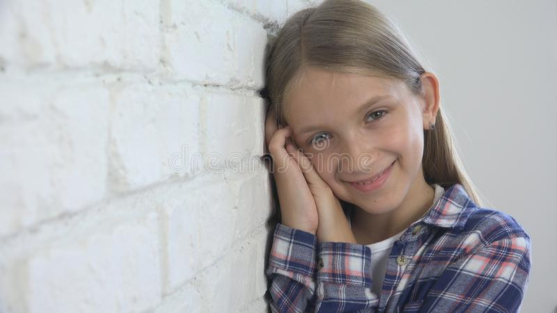 Retrato de riso da criança, jogando a cara feliz da criança que olha in camera, menina loura imagem de stock royalty free