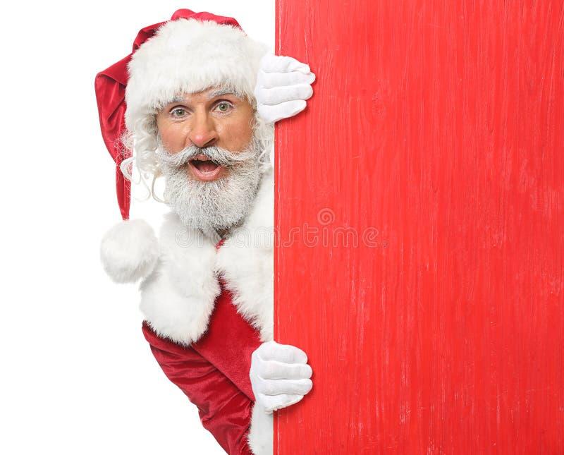 Retrato de Santa Claus com placa de madeira vazia no fundo branco imagem de stock