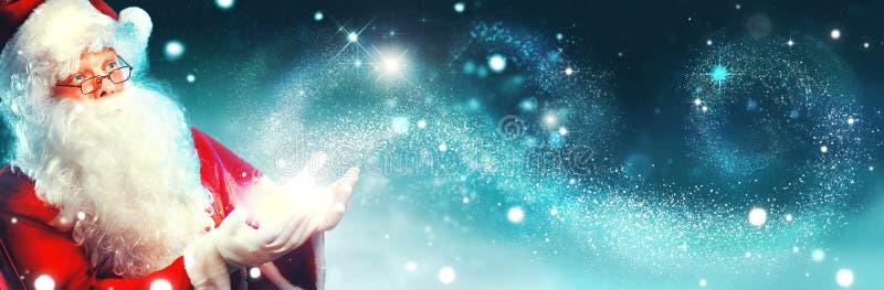Retrato de Santa Claus feliz com luz mágica imagens de stock