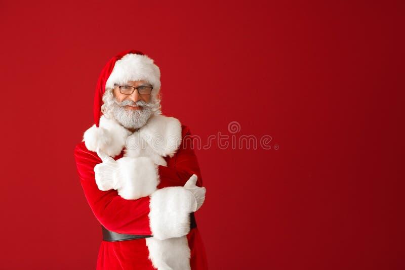 Retrato de Santa Claus no fundo da cor imagens de stock royalty free