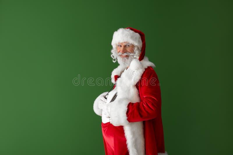 Retrato de Santa Claus no fundo da cor fotografia de stock royalty free