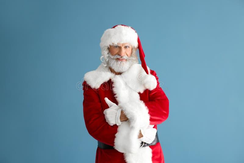 Retrato de Santa Claus no fundo da cor fotos de stock royalty free