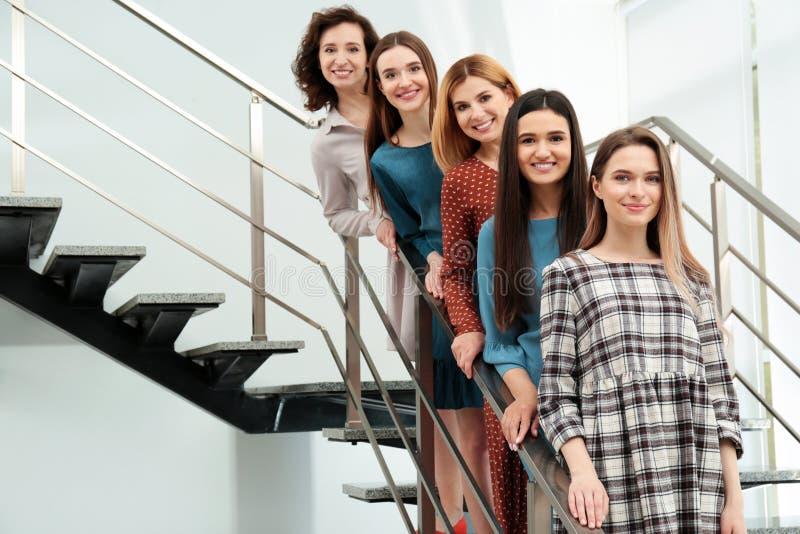 Retrato de señoras felices en las escaleras concepto del poder de las mujeres imagen de archivo