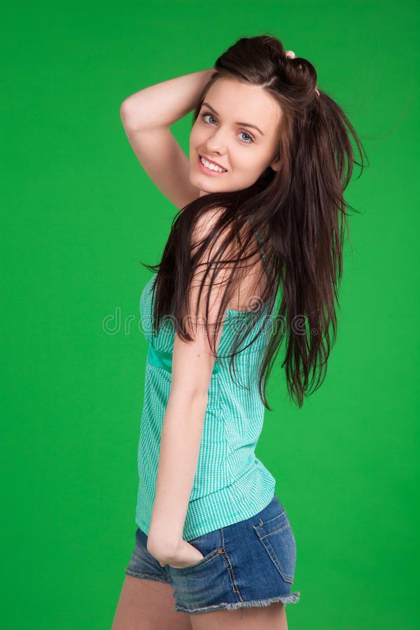 Retrato de shorts vestindo da menina triguenha bonita fotografia de stock royalty free