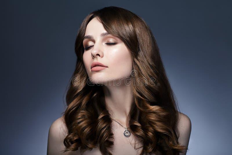 Retrato de sonho bonito da mulher com os olhos fechados no backg escuro foto de stock
