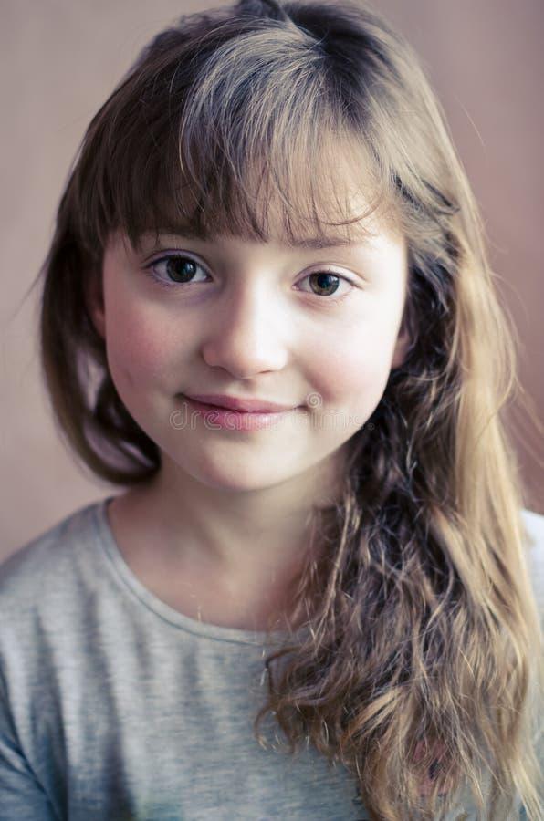 Retrato de sorriso bonito da menina imagem de stock