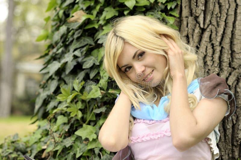 Retrato de sorriso bonito da moça exterior. imagem de stock