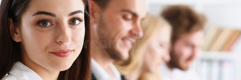 Retrato de sorriso bonito da mulher com foto de stock