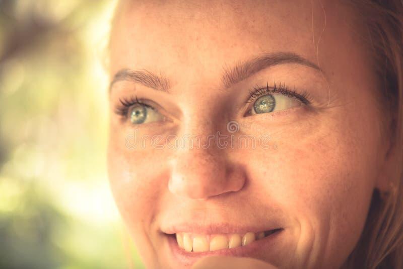 Retrato de sorriso bonito da mulher em cores mornas com luz solar na cara da mulher com sorriso autêntico e pele bronzeado imagens de stock