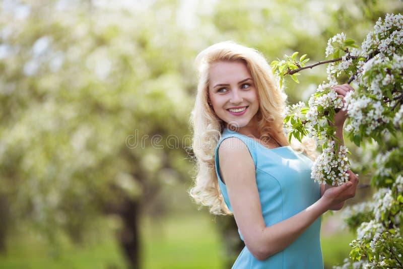 Retrato de sorriso bonito da mulher fora, rua feliz do verão da menina, sorriso consideravelmente fêmea na câmera exterior fotos de stock
