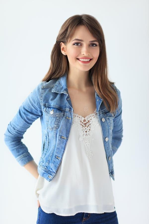 Retrato de sorriso bonito da mulher no fundo branco foto de stock