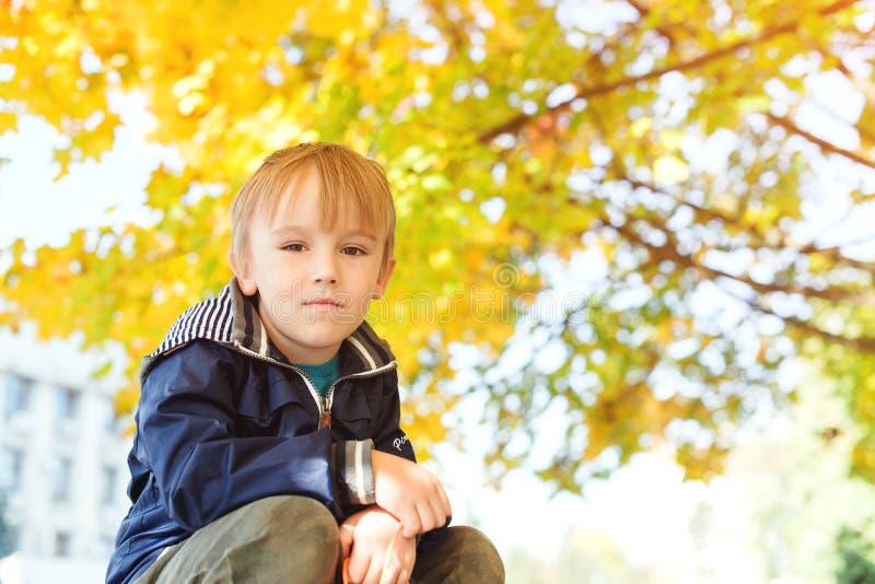 Retrato de sorriso considerável bonito do rapaz pequeno Menino à moda que aprecia o parque colorido do outono Estação do outono I fotos de stock