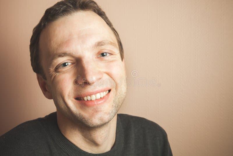 Retrato de sorriso considerável novo do estúdio do homem imagem de stock