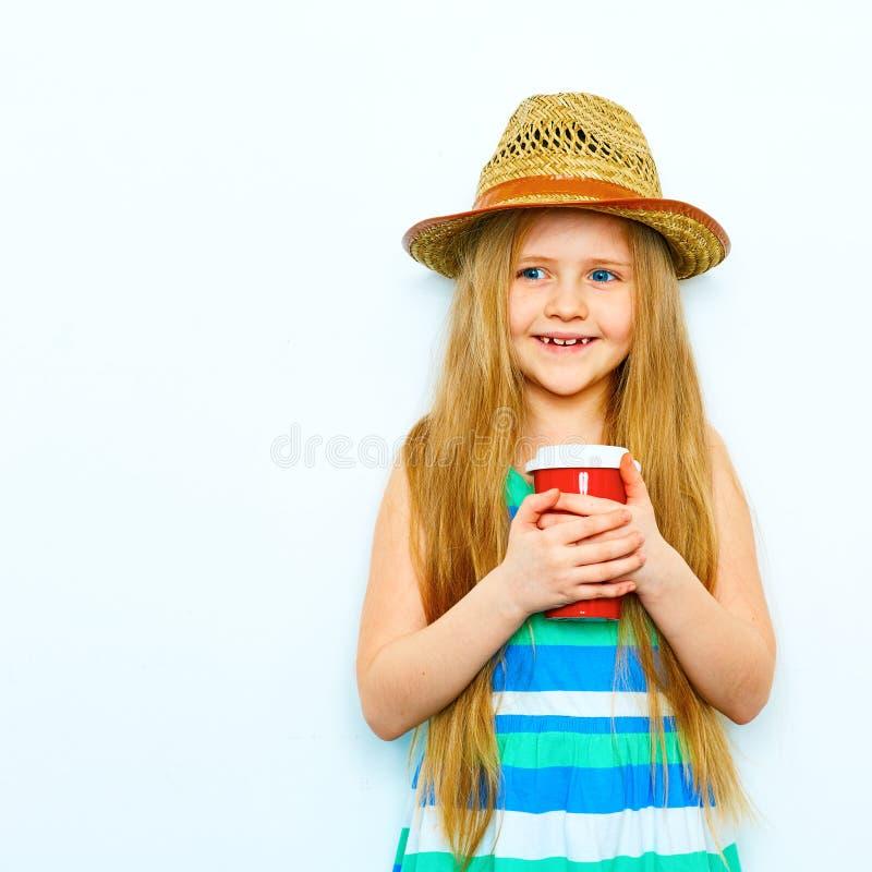 Retrato de sorriso da menina no estilo do moderno com café vermelho g fotografia de stock
