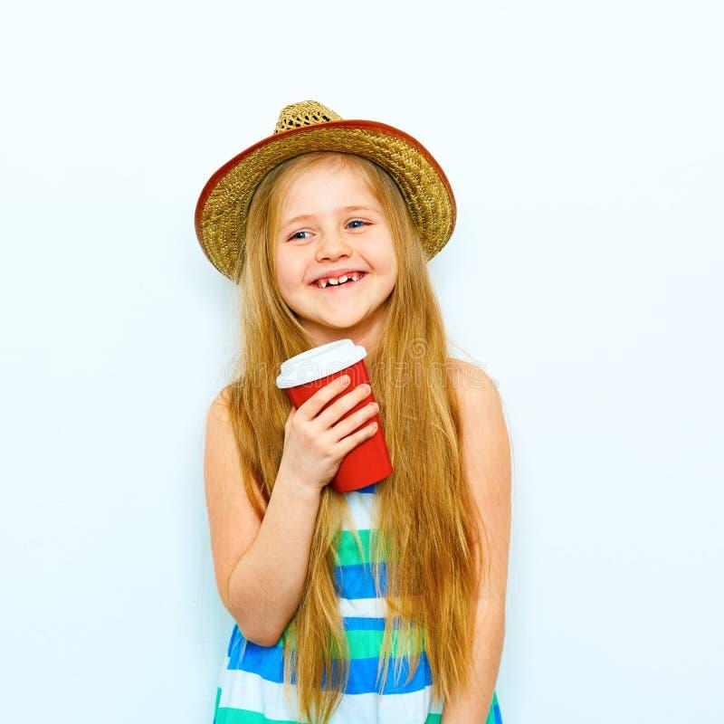 Retrato de sorriso da menina no estilo do moderno com café vermelho g foto de stock royalty free