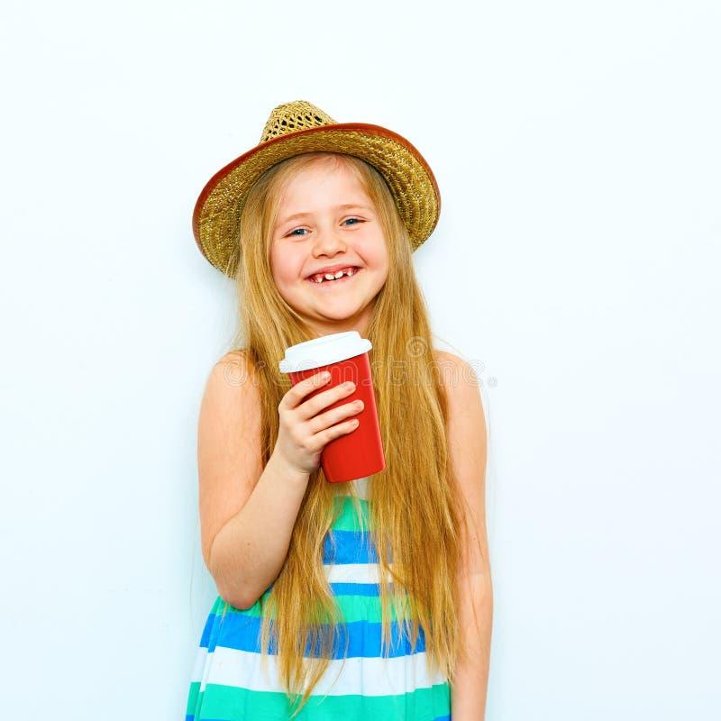 Retrato de sorriso da menina no estilo do moderno com café vermelho g foto de stock
