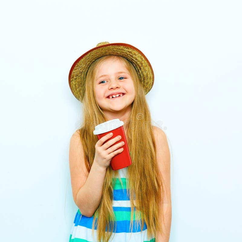Retrato de sorriso da menina no estilo do moderno com café vermelho g fotos de stock