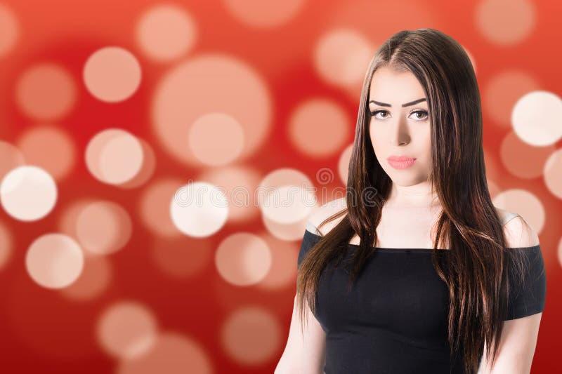 Retrato de sorriso da menina no fundo vermelho foto de stock royalty free