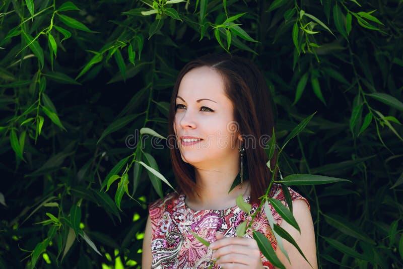 Retrato de sorriso da menina nos trópicos fotos de stock