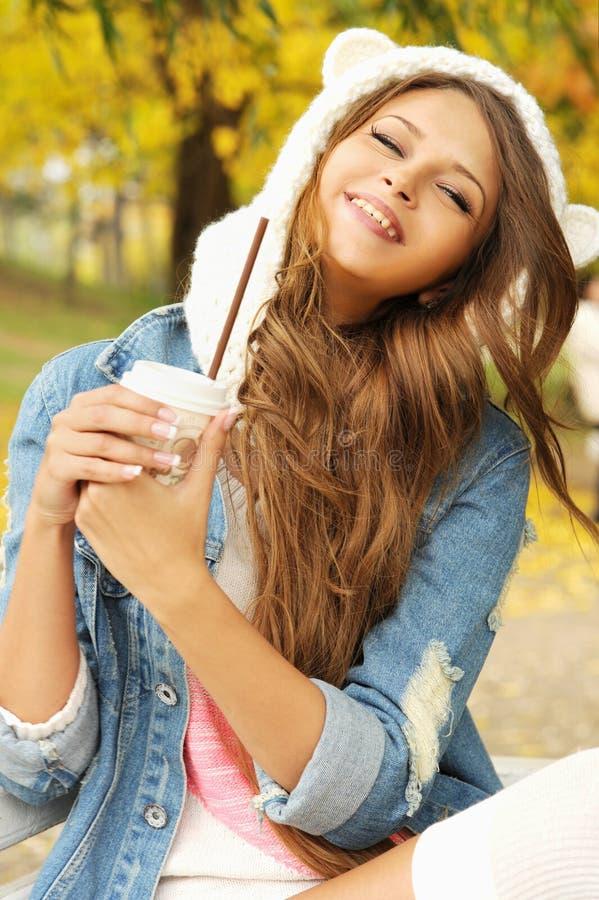 Retrato de sorriso da mulher com xícara de café fotografia de stock royalty free