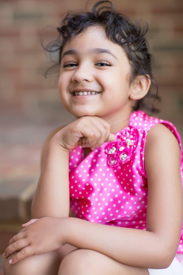 Retrato de sorriso de uma menina bonito imagens de stock royalty free