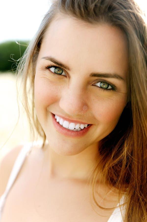 Retrato de sorriso de uma mulher nova lindo fotos de stock royalty free