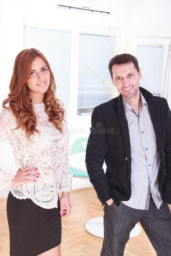 Retrato de sorriso de uns executivos empresariais fêmeas e masculinos em fora fotos de stock royalty free
