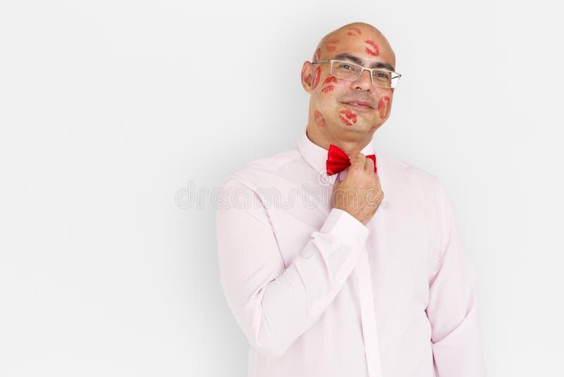 Retrato de sorriso do beijo do batom da felicidade da confiança do homem fotografia de stock