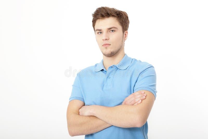 Retrato de sorriso do homem novo isolado no fundo branco Copie o espaço Zombaria acima Indivíduo considerável Roupa da camisa do  imagem de stock
