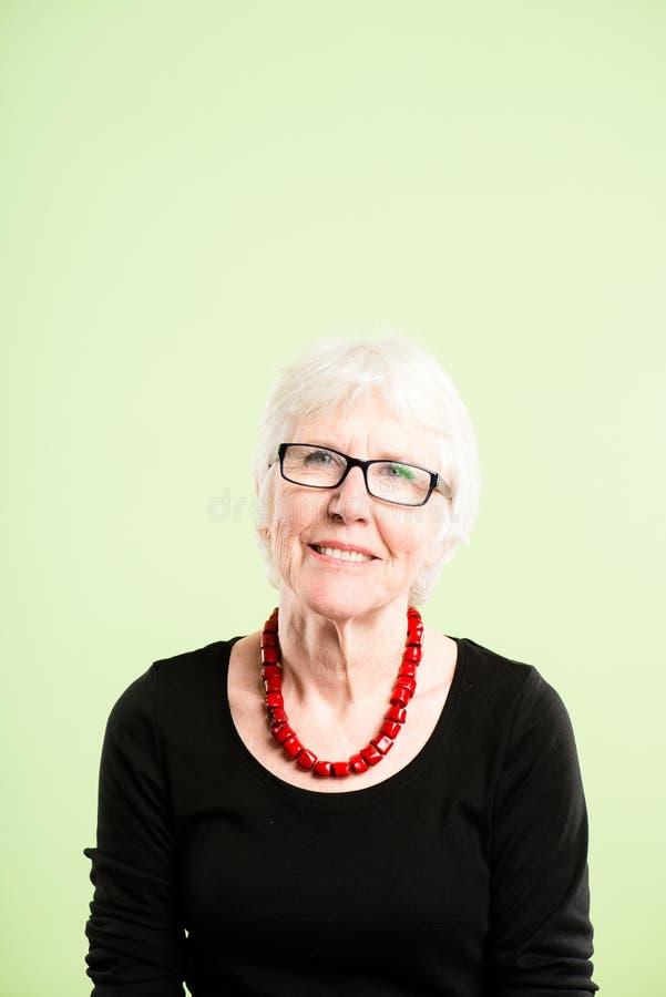 Backgroun alto do verde da definição dos povos reais engraçados do retrato da mulher fotos de stock