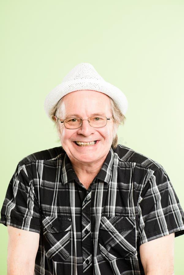 Fundo alto do verde da definição dos povos reais engraçados do retrato do homem fotografia de stock royalty free