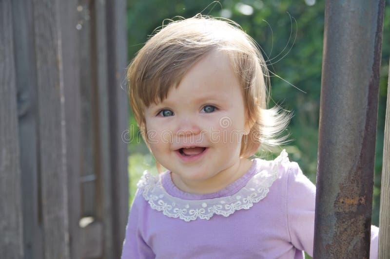 Retrato de sorriso feliz do bebê bonito Criança emocional adorável exterior fotografia de stock