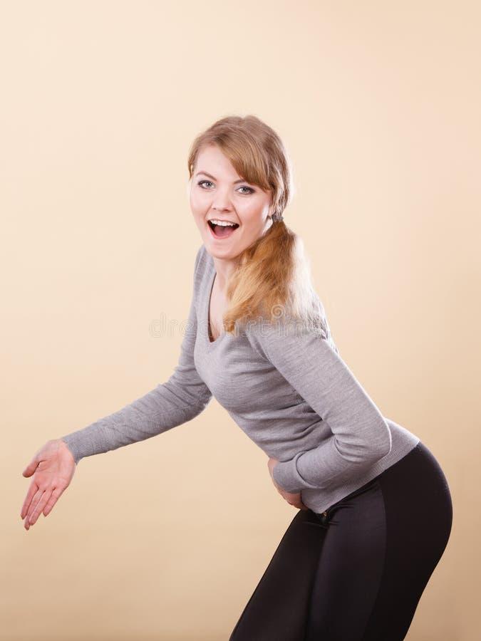 Retrato de sorriso louro da mulher fotos de stock